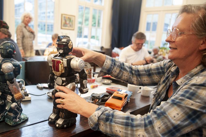 reparatieplezier van gastvrouw Frances Kleipool met een robot van haar kinderen bij Repair Café Jeltje